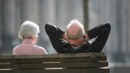 Ein Rentnerpaar - die Betriebsrente wird mittlerweile von vielen Unternehmen an andere ausgelagert.