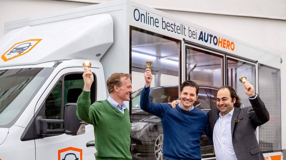 Das Führungsteam von Auto1 feiert den Börsengang des Unternehmens mit CEO Chrisitan Bertermann in der Mitte.