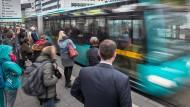 Nicht nur die Fahrgäste sind unzufrieden: Die Nahverkehrsorganisation Traffiq erwartet sich mehr vom Betreiber der Buslinien im Frankfurter Norden.