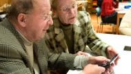 In einem Workshop lernen Senioren aus Frankfurt, welche Funktionen ihr Handy zu bieten hat.