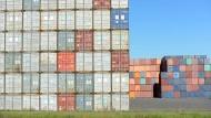 Container an Container: Hier wartet Fracht im Umschlaghof in Ulm.