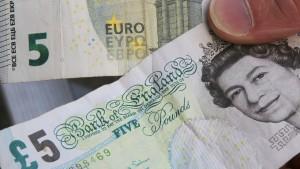 Briten zahlen mit Plastik-Geldscheinen und Churchill