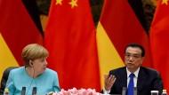 Roboter von Kuka sind unter anderem beim Autobauer VW tief in die Produktion integriert - und ein Gesprächsthema von Kanzlerin Merkel auf ihrer China-Reise.