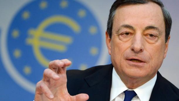 EZB-Präsident Draghi redet Anlegern das Sparbuch aus