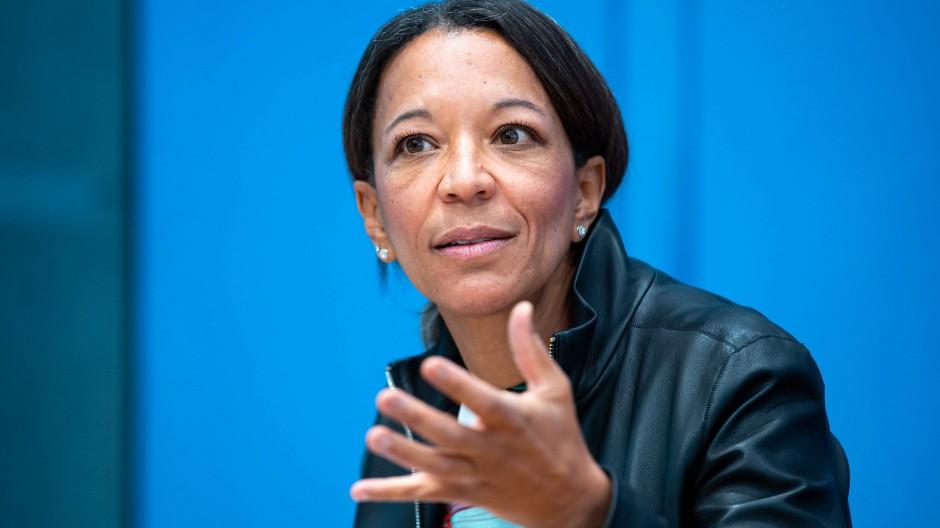 Janina Kugel während eines Auftritts auf der Bundespressekonferenz im Jahr 2020