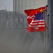 Flaggen der Vereinigten Staaten und der Volksrepublik wehen um die Wette.