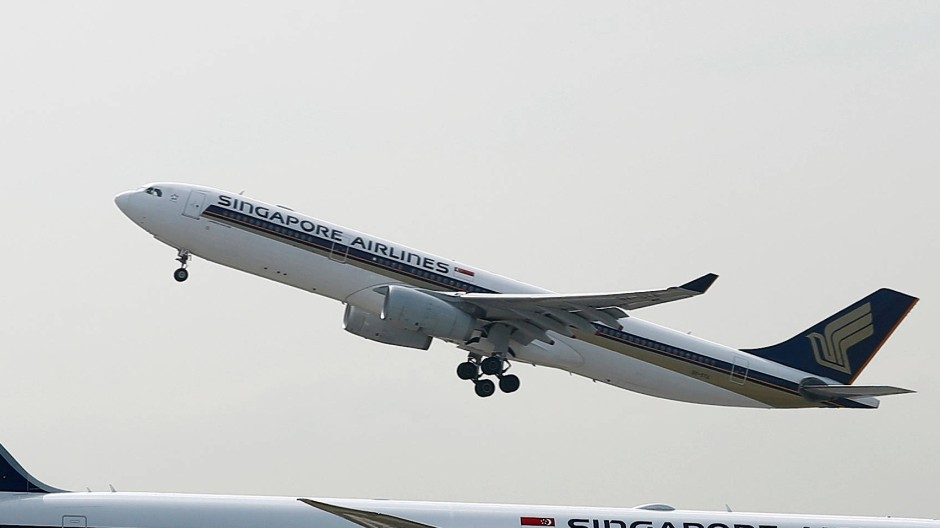 Ein von Airbus hergestellter A330 von Singapore Airlines startet durch.