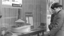 Früher war alles besser: Ein Paar steht im Jahr 1961 vor dem Schaufenster einer Bausparkasse in Frankfurt am Main.