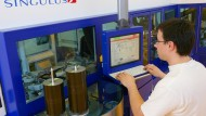 Singulus Technologies entwickelt und baut Maschinen für effiziente und ressourcenschonende Produktionsprozesse - und vernichtete 2015 viel Kapital.