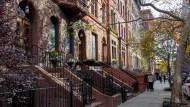 """Begehrt: Die """"Brownstones"""", wie die Altbauten heißen, werden teuer gehandelt."""