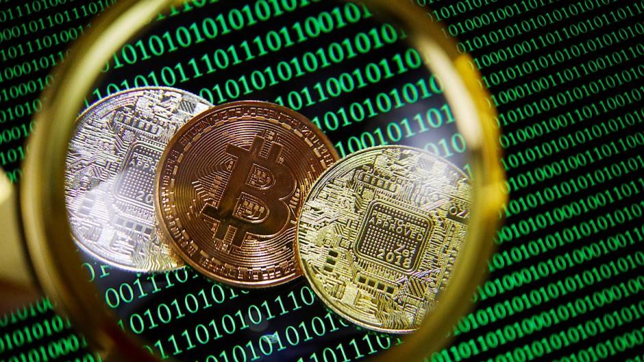 Symbole der Digitalwährung Bitcoin: Internet-Kriminelle verlangen meist, dass Unternehmen Lösegeld per Kryptowährung zahlen, weil die Transaktion sich nicht verfolgen lässt.