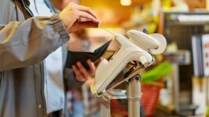 So klein kann ein Geldautomat sein: Kartenlesegerät in einem Supermarkt