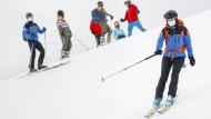 Piste unter Polizeischutz: Szene aus der Corona-Saison 2020 im Schweizer Skigebiet Villars-Sur-Ollon