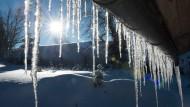 Eiszapfen aus der Dachrinne sehen schön aus, können für Passanten aber zur Gefahr werden.