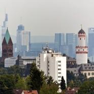 Die Frankfurter Skyline mit Umland – im Vordergrund links die Erlöserkirche.