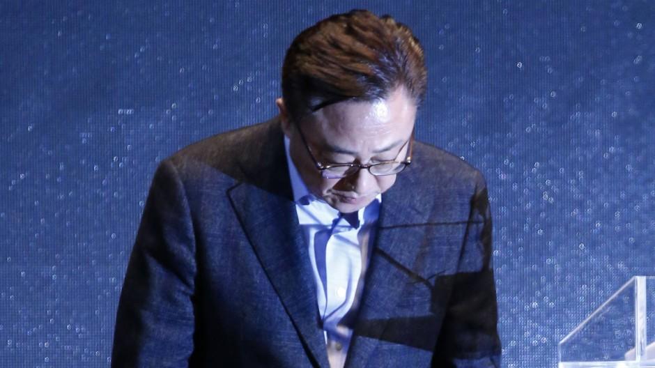 Geknickt: Samsung-Mobile-Präsident Koh Ding-Jin bei der Pressekonferenz zu den Brandursachen beim Galaxy Note 7