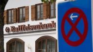 Parkverbot für Geld: Die Raiffeisenbank in Gmund am Tegernsee ist Vorreiterin in Sachen Strafzinsen
