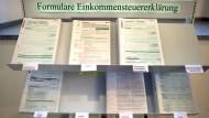 Formulare zur Einkommensteuererklärung liegen in einem Finanzamt aus.