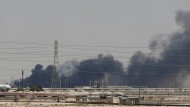 Rauch steigt über der von Drohnen getroffenen Anlage in Abqaiq, Saudi-Arabien, auf