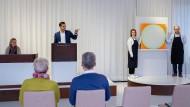 """Zuschlag für 80.000 Euro: Dennis Kremer (am Pult) während der Versteigerung von Rupprecht Geigers Gemälde """"647/72""""."""