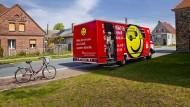 Eine halbe Stunde Aufenthalt für Bankgeschäfte aller Art: Sparkassenbus in Brandenburg