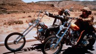 Filmklassiker Easy Rider: Die Schauspieler Dennis Hopper und Peter Fonda ridern mit ihren Harleys easy durch die Wüste.