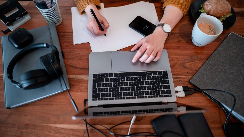 Teure Digitalgeräte: Arbeitnehmern und Selbständigen im Homeoffice winken Steuererleichterungen.