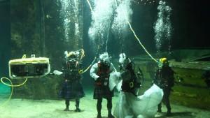 Schottische Unterwasserhochzeit in Brautkleid und Kilt