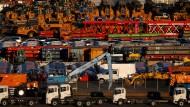 Autos für den Export im Hafen von Yokohama