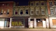 In einigen deutschen Großstädten sind verwahrloste Häuser, die zu überhöhten Preisen an Zuwanderer vermietet werden, ein großes Problem - so wie diese Schrottimmobilie in Duisburg-Laar.