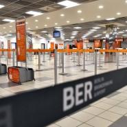 Menschenleer sind am Montag die Abfertigungsschalter einer Fluggesellschaft auf dem Flughafen Schönefeld.