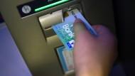 Geld ist am Automaten schnell geholt. Doch wenn das Konto überzogen ist, wird das schnell teuer.