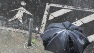 Regen schafft Probleme, über und unter der Erde.