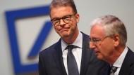 Christian Sewing (l), Vorstandsvorsitzender der Deutschen Bank, und Paul Achleitner, Aufsichtsratsvorsitzender der Bank hatten diese Woche eine aufreibende Hauptversammlung.