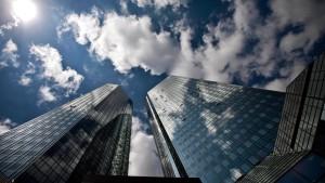 Kosten und knappes Kapital belasten die Deutsche Bank