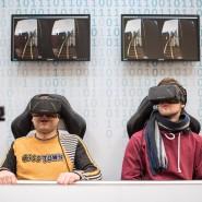 """Besucher schauen auf der weltgrößten Computermesse, CeBIT, in Hannover mit der Virtual Reality Datenbrille """"Oculus Rift"""" ein Video."""
