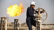 Ein Arbeiter auf dem Ölfeld West-Qurna im Irak