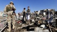 Houthi-Rebellen in Sanaa nach den von Saudi-Arabien angeführten Luftschlägen.