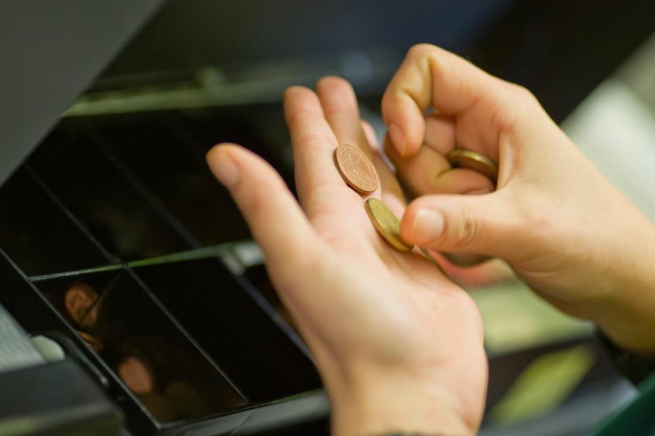 Mit Kleingeld zahlen kostet vor allem Zeit. Deshalb müssen Geschäfte nicht mehr als 50 Münzen pro Einkauf annehmen.