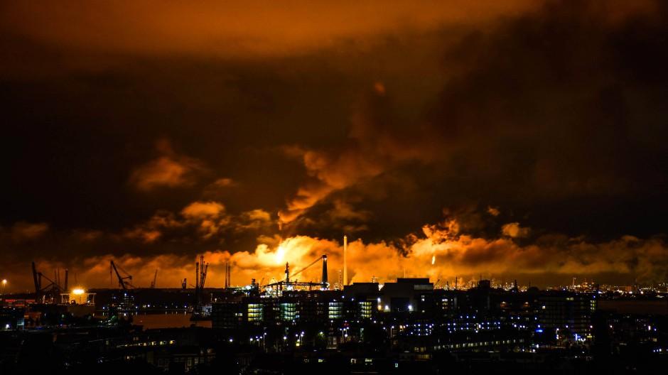 Flammen und Rauch standen am Wochenende über der Shell-Raffinerie in Rotterdam.