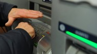 Die Geheimzahl der Girokarte lässt sich inzwischen entspannt am Geldautomaten ändern.