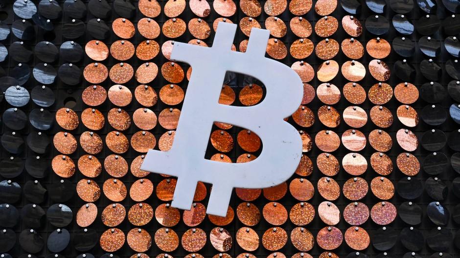Bitcoin-Kunst: Das bekannte Logo im französischen Marseille an der Tür zu einem Geldautomaten
