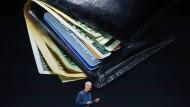 Das Portemonnaie im Visier: Nicht nur Apple-Chef Tim Cook will das Zahlen der Zukunft verändern. Auch Paypal kommt mit frischen Wind im Portfolio zunehmend auf den europäischen Markt.