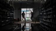 Arbeiter in einer Bitcoin-Serverfarm in der chinesischen Provinz Sichuan.