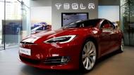 Möglicherweise überbewertet: Trotzdem sollten Anleger jetzt in Aktien des Autobauers Tesla investieren.