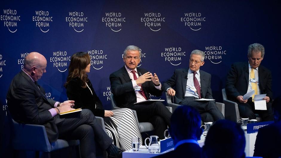 Sind die hohen Schuldenberge gefährlich? Darüber diskutiert diese Runde in Davos.