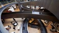 Durch die neue Bloomberg-Zentrale in London zieht sich eine 200 Meter lange Rampe über sechs Stockwerke hinweg. Alle Mitarbeiter sitzen in Gruppen sortiert im Großraumbüro.