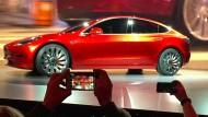 Schön anzuschauen, aber kaum zu kaufen: Tesla hat Probleme, das Model 3 massenhaft zu produzieren.