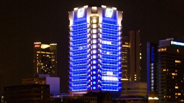 Das Union Investment Hochhaus ist nachts blau beleuchtet.