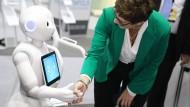 Die neue CDU-Vorsitzende Annegret Kramp-Karrenbauer mit einem Roboter: Könnten so bald Bankberater aussehen?